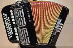 Harmonika / Club-Harmonika    Hohner    Ouverture V         Diskant: 31 Knöpfe, 4-chörig, 11 Register    Bass: 8 Bass, 3 Register    Farbe: schwarz    Balg innen rot         Das Instrument ist gebraucht befindet sich aber in einem hervorragendem Zustand!    Inkl. Tragriemen und Koffer