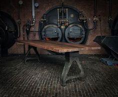 Deze vintage industriële tafel heeft oude gietijzeren poten met een tafelblad gemaakt van massief notenhout. Klik op onze website voor meer info/foto's