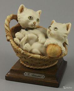 """Статуэтка Джузеппе Армани Kittens in Basket  ПРОИЗВОДИТЕЛЬ: Florence - Giuseppe Armani (Италия)  НАЗВАНИЕ: Kittens in Basket  НОМЕР: 3673  ГОД: 1984  СОСТОЯНИЕ: Отличное, без любых повреждений. Без оригинального бокса.  ВЫСОТА: 12 см  ШИРИНА: 10 см  ГЛУБИНА: 9 см  МАРКИРОВКА: Подписана """"G. Armani 1984 FLORENCE"""" и имеет метку Capodimonte - букву N c короной на основании."""