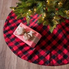 Put the quintessential Christmas pattern under your tree with this Red And Black Buffalo Check Tree Skirt. Your presents will fit in great on this skirt! Black Christmas, Country Christmas, Christmas Colors, Christmas Angels, Christmas Christmas, Christmas Ornaments, Diy Christmas Tree Skirt, Christmas Tree Skirts Patterns, Crochet Christmas