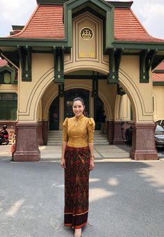 หญิงเล็ก สามใบเถา ในชุดผ้าไหม #thaisilk #สามใบเถารักผ้าไทย #ญเล็กสามใบเถา Myanmar Traditional Dress, Thai Traditional Dress, Traditional Fashion, Traditional Outfits, Thai Wedding Dress, Filipiniana Dress, Myanmar Dress Design, Model Kebaya, Kebaya Dress