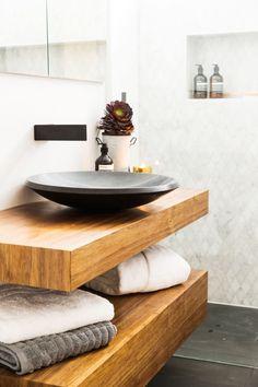 Diamond marble tiles and neutral wall tiles l Luxurious bathroom l Open shower l Black basin l Wood vanity