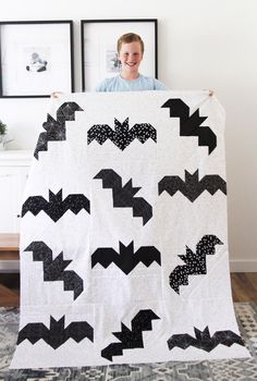9 fun and cute Halloween quilt patterns. Lots of fun ideas for Halloween sewing projects and quilts to make for Fall & Halloween Halloween Quilt Patterns, Cat Quilt Patterns, Halloween Sewing Projects, Halloween Quilts, Halloween Fabric, Fall Halloween, Holiday Quilt Patterns, Halloween Pillows, Patchwork Patterns