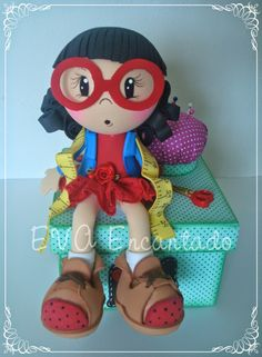 Muñeca sobre caja costurera.