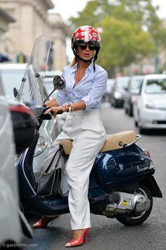 Vespa - Fashion Week and a fashion model using the Vespa in Milan Girl Scooters Vespa, Scooter Moto, Motos Vespa, Lambretta Scooter, Motor Scooters, Vespa Girl, Scooter Girl, Vespa Vintage, Vintage Bikes