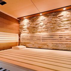 Sauna mit Lichtdesign: LED Spots setzen die Material in der Sauna entsprechend in Szene. Die hinterleuchtete Rückenlehne sorgt für eine harmonische Stimmung in der Sauna.