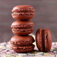 Macarons chocolat – Ingrédients de la recette : 180 g de sucre glace, 150 g de poudre d'amande, 4 blancs d'oeufs, 80 g de sucre en poudre