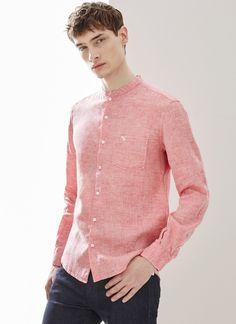 Camisa en lino 100% ligeramente texturada. Cuello mao, puños abotonados y bolsillo en el pecho con logo de hormiga bordado.
