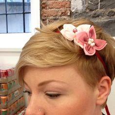 How to make a super simple felt flower - crazy easy to do Tulle Pompoms, Tulle Bows, Diy Headband, Baby Headbands, Tutu Decorations, Felt Kids, Crochet Wreath, Diy Garland, Diy Hair Bows