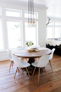 Runder Tisch mit Pilzfuß |