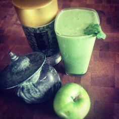 A lot to do today! So energy boost to wake up! Matcha smoothie! Green apple,  1/4 banana, kale, spinach, chard, vanilla, guava nectar, spirulina, lil protein and fresh matcha tea!  Yummy!  #smoothie #matcha #spirulina  #spinach #energy #goodmorning