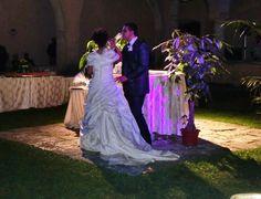 Il momento magico degli sposi...il taglio della torta The magic moment of the couple...the cake cutting #weddingday #fontecchio #laquila #italy #food #location #abruzzofood