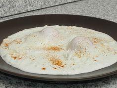 Ouă poșate pe strat de brânză și smântână Hummus, Dairy, Cheese, Breakfast, Ethnic Recipes, Homemade Hummus, Morning Coffee, Morning Breakfast