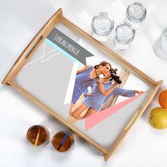 Dieses Tablett im Vintage-Stil ist ein wunderbares Geschenk für jemand ganz besonderen. Egal ob für die beste Freundin zum Einzug in eine neue Wohnung oder für die Mutter zum Geburtstag, mit diesem Holztablett bereiten sie dem Beschenkten eine ganz persönliche Freude. Sie haben die Möglichkeit ein Foto und einen kleinen Wunschtext einzufügen.