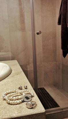 Sólo me quito las perlas para dos cosas.   Una es para meterme en la ducha, que dicen que son sensibles a los geles de baño y se pueden deteriorar.  ¿Un baño para despertar?  Buenos días.