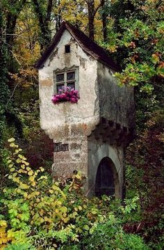 House in the woods fantsy vanha talo, rakennukset e autiot kartanot. Fairy Houses, Play Houses, Hobbit Houses, Dog Houses, Beautiful Homes, Beautiful Places, Fairytale House, Unusual Homes, Cabins And Cottages