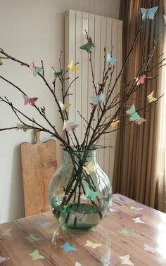 vlinder opzoek naar vrij zijn Easy Crafts, Diy And Crafts, Paper Crafts, Summer Decoration, Floral Hoops, Glass Vase, Diy Projects, Butterfly, Display