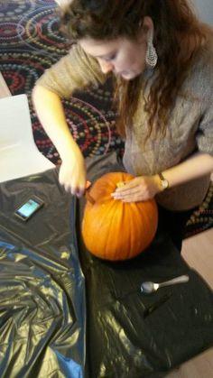 Maria skærer låget af - Off with the lid #office #carving #pumpkin #halloween #aarhus #Vuuh #græskar #udskæring #fun #sjov #kontor #logo #scary #prices #checkitout #DIY