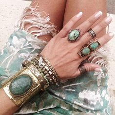 Love the rings and large cuff.   The peach skin : Foto