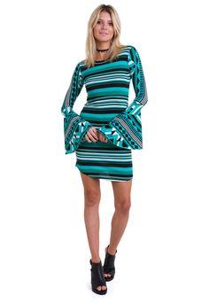 2c87c153d O vestido curto listrado com manga flare da Manola é composto por uma  estampa geométrica com