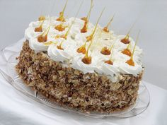 Reteta culinara Tort cu ciocolata, bezea si crema de lapte din categoria Torturi. Specific Romania. Cum sa faci Tort cu ciocolata, bezea si crema de lapte