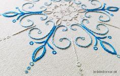Aprenda a bordar um floco de neve com pontos de bordado livre.
