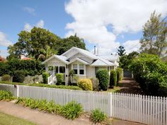 A lovely low set home in Toowoomba Queensland . Zincalume roof and weatherboard exterior. House Front, My House, Weatherboard Exterior, House Color Schemes, Colour Schemes, Queenslander House, Cambridge House, Australia House, Exterior House Colors