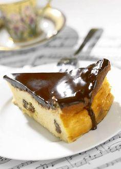 Sernik to jedno z ulubionych ciast Polaków. Latem z przyjemnością robimy go w wersji na zimno, natomiast pieczone to jeden z 'gwoździ programu' wielu rodzinnych przyjęć, także bożonarodzeniowych i wielkanocnych. Polish Recipes, Polish Food, Blondie Brownies, Low Carb Desserts, Blondies, Cheesecake, Pudding, Cupcakes, Sweets