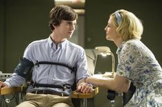 The stars of A&E's critically acclaimed Bates Motel will be attending the 2014 San Diego Comic Con to talk about all things Norman and Norma Bates. Norman Bates Motel, Bates Motel Season 3, Bates Hotel, Tv Series 2013, Netflix Series, Norma Bates, Freddie Highmore, Vera Farmiga, Bates Family