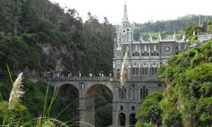 Chr�m Panny M�rie Las Lajas sa nach�dza v juhokolumbijskom Ipiales. Ide o pr�klad neoby�ajnej architekt�ry, kde je chr�m z polovice mostom.