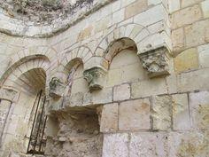 Eglise saint Pierre de Montreuil-Bellay: 3) Au pied du château actuel, au débouché du gué permettant la liaison en direction d'Angers par l'actuelle rue Chèvre, se serait développée le 1° noyau urbain. C'est d'ailleurs sur ce site, à la rencontre des axes, que s'édifie le 1° église: SAINT-PIERRE.