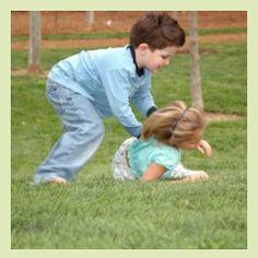 Dieses Spiel ist besonders schnell und kurzweilig. Mindestens 5 Kinder ab 4 Jahren sollten viel Platz haben um einen Kreis zu bilden. Auf Kommando startet ein Wettlauf um einen freien Platz.