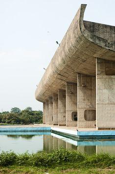 Zaha Hadid Architecture, Concrete Architecture, Chinese Architecture, Modern Architecture House, Futuristic Architecture, Modern Buildings, Architecture Design, Office Buildings, Modern Houses