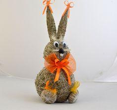 Zajíc trávový 40cm | ROSA - dekorace a umělé květiny Easter Crafts, Vintage Inspired, Burlap, Planter Pots, Christmas Ornaments, Holiday Decor, Spring, Handmade, Gardening