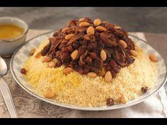 Recette facile pour réaliser délicieux couscous tafaya au poulet avec des raisins sec et oignons caramélisés. Un plat emblématique de la cuisine marocaine !
