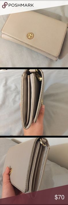 Tory Burch Robinson Chain Wallet Worn and used, but wear & tear is only visible on the edges and on the logo really. Comes with the chain! And the interior is in MINT condition! Tory Burch Bags Crossbody Bags