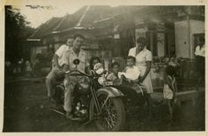 Familie Kleist op de motor. Soerabaja 1949.