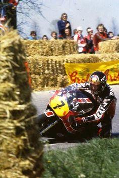 Barry Sheene between the rather primitive hay bales Old School Motorcycles, Racing Motorcycles, Motorcycle Racers, Suzuki Motorcycle, Valentino Rossi, Grand Prix, Besties, Old Bikes
