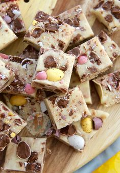 Delicious & scrumptious Mini Egg Fudge that is seriously easy to make at home, no boiling or sugar thermometers involved! Mini Egg Recipes, Fudge Recipes, Easter Recipes, Candy Recipes, Sweet Recipes, Baking Recipes, Dessert Recipes, Biscoff Recipes, Pudding Recipes