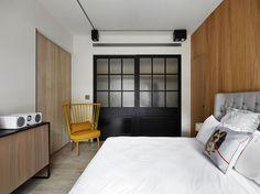【空間の仕切り方】大小2つの引き戸でつながったリビングとベッドルーム   住宅デザイン