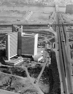 NANTES 1971 L'ile Beaulieu se construit ,au premier plan se trouve le Tripode,fraichement terminé et encore bien seul ! Puis,la nouvelle percée routiére,prénommée Le Bd du Général de Gaulle