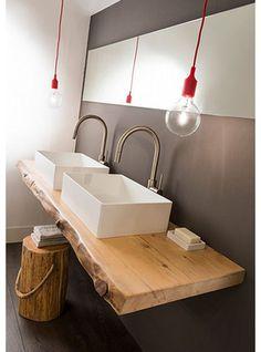 Asse in legno con lavabi appoggiati e sgabello di legno