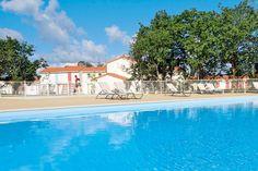 In vakantiepark Lagrange Le Village de la Mer logeer je op een steenworp afstand van de ongerepte Atlantische kust, in frisse vakantiewoningen met veel groen en ruimte, een verwarmd openluchtzwembad en tennisterrein.  De dichtsbijzijnde winkels vind je op ca. 6 km van de accommodatie. Het centrum van #TalmontSaintHilaire en het strand liggen op ca. 7 km afstand. Officiële categorie ***