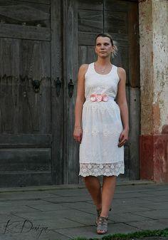 Romantický květinový pásek Pás je vyrobený z ručně poskládaných zatavených lístků saténu meruňkové barvy, pečlivě přišito na kvalitní saténové bílé stuze. Je to ideální doplněk jednoduchých, romantických šatů, ale netradičně oživí i košili, či sako. Velice krásně doplní i svatební šaty, stejně tak je vhodný na těhotenské focení. Vzadu se zavazuje na ... White Dress, Dresses, Fashion, Vestidos, Moda, Fashion Styles, Dress, Fashion Illustrations, Gown