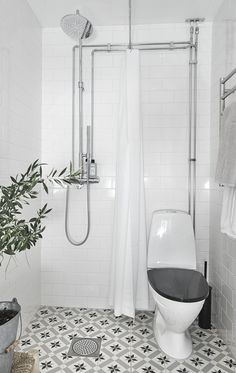 Very Small Bathroom Design On A Budget 10 - Santa Cruz apartamento - Bathroom Decor Very Small Bathroom, Tiny Bathrooms, Tiny House Bathroom, Bathroom Design Small, Bathroom Interior Design, White Bathrooms, Bathroom Designs, Kitchen Interior, Wet Room Bathroom