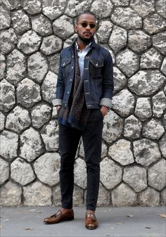 2015-10-21のファッションスナップ。着用アイテム・キーワードはサングラス, シャツ, タッセルローファー, マフラー・ストール, ローファー, 黒パンツ, Gジャン・デニムジャケット,etc. 理想の着こなし・コーディネートがきっとここに。  No:128643