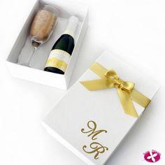 Lembrancinha para padrinhos de casamento. Kit com taças e mini espumante personalizado. www.rosapittanga.com.br #lembrancinhapadrinhos