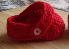 Free crochet pattern for baby crocs - These are the cutest crochet baby booties you'll ever see around.