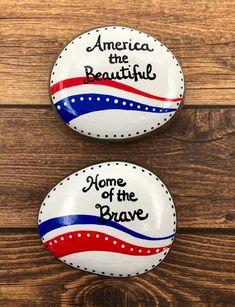 Pebble Painting, Pebble Art, Stone Painting, Painting Art, Rock Painting Ideas Easy, Rock Painting Designs, Paint Designs, Patriotic Crafts, Patriotic Decorations