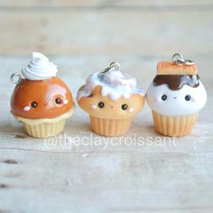 Just a few cupcake treats that were sent off to their new home recently. Crea Fimo, Polymer Clay Kawaii, Fimo Clay, Polymer Clay Projects, Polymer Clay Charms, Polymer Clay Art, Polymer Clay Jewelry, Clay Crafts, Polymer Clay Cupcake